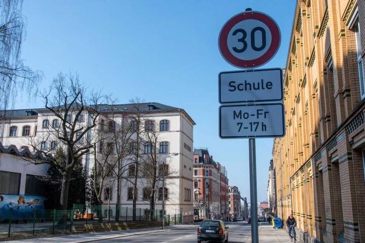 """Mit Tempo-30-Zonen etwa vor Schulen wie der """"Georg Weerth"""" auf dem Sonnenberg werden Autofahrer auf besondere Gefahren hingewiesen."""