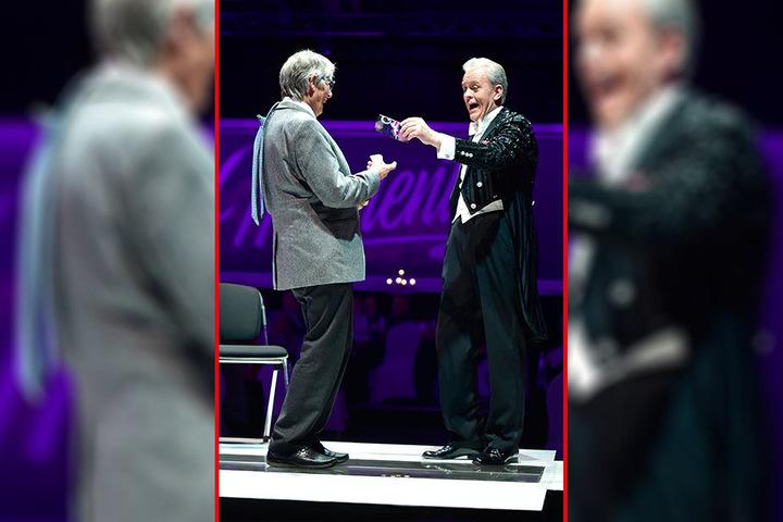 Der dänische Taschendieb-Profi Kenny Quinn stibitzte diesem Herren unbemerkt die Krawatte vom Hals.