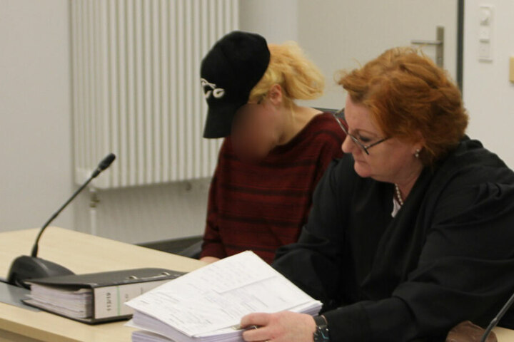 Die Angeklagte sitzt neben ihrer Anwältin im Gerichtssaal.