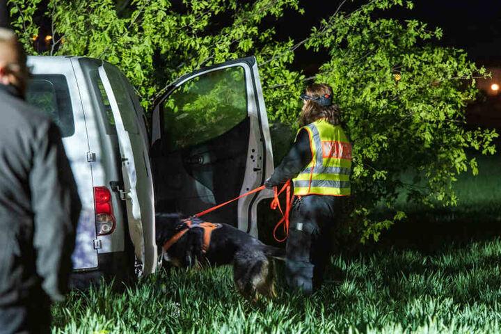 Mit Hunden suchte die Polizei nach einer Spur auf den Täter.
