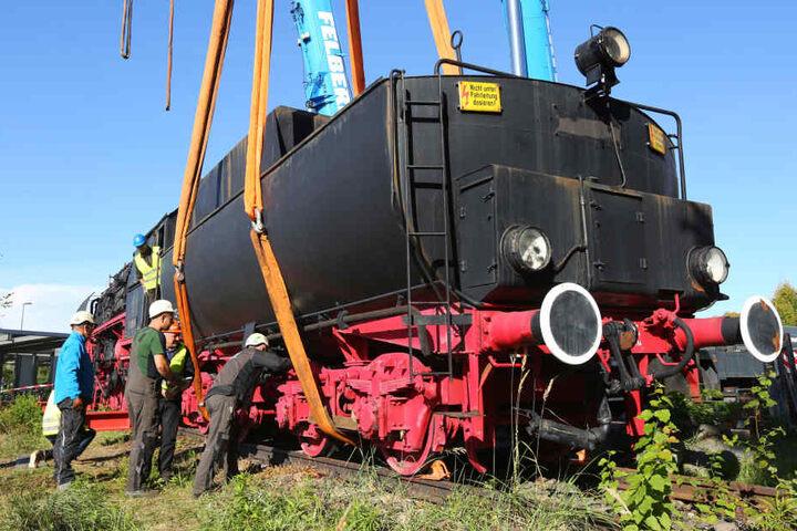 Hebt an! Kräne hievten die Lokomotive auf Tieflader. Die brachten sie an den neuen Standort.