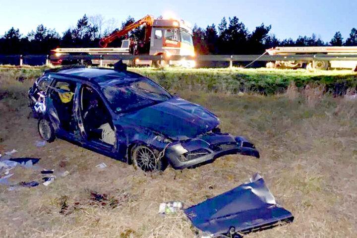 Der Fahrer musste aus dem Fahrzeug geschnitten werden.