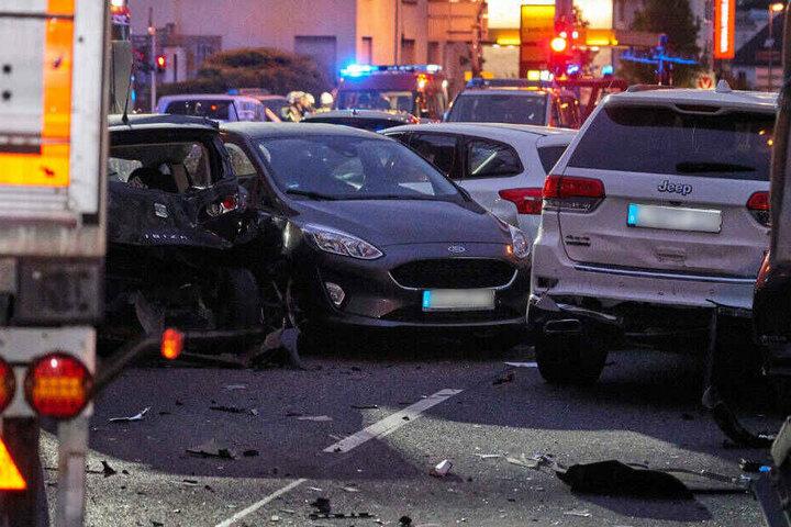 Nach einem Medienbericht soll der Fahrer den Laster gekapert haben und absichtlich in die Autos gefahren sein.