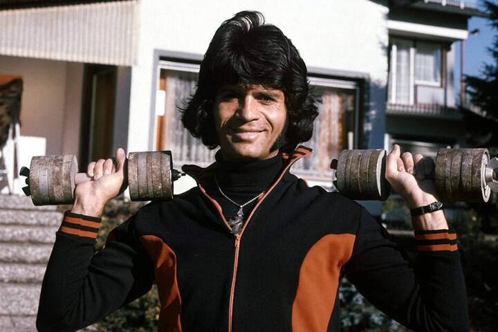 Costa Cordalis absolviert im November 1976 vor seinem Haus in Kniebis bei Freudenstadt sein Fitnesstraining.