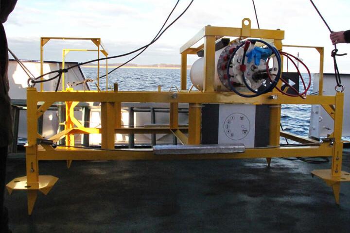 Das für die Stromversorgung verantwortliche Gestell des Unterwasserobservatoriums steht vor dem Ausbringen an Deck eines Schiffs. (Archivbild)