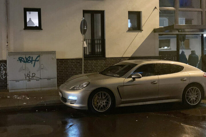 In ihrem Porsche wartete die Mutter gerade auf ihren Sohn.