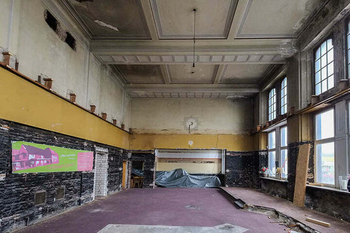 Die Stuckdecke im ehemaligen Wartesaal der 1. Klasse wurde schon freigelegt.