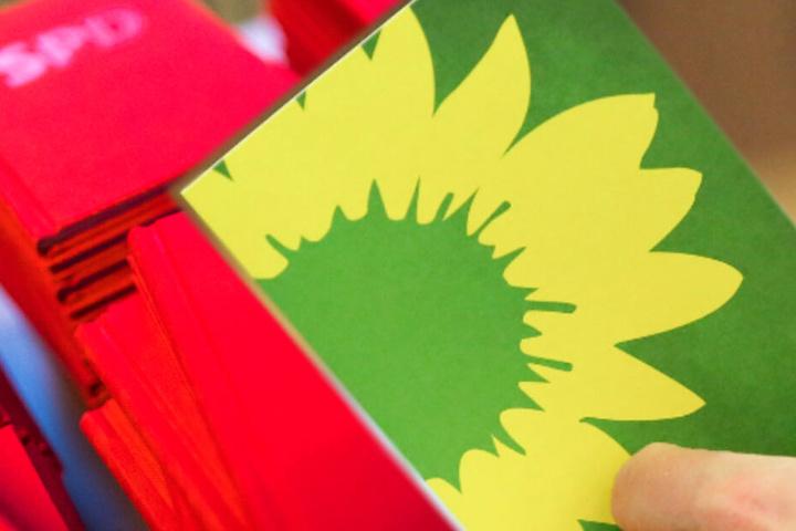 Die Bildkombo zeigt neue Parteibücher der SPD neben einer Stimmkarte von Bündnis 90/Die Grünen.