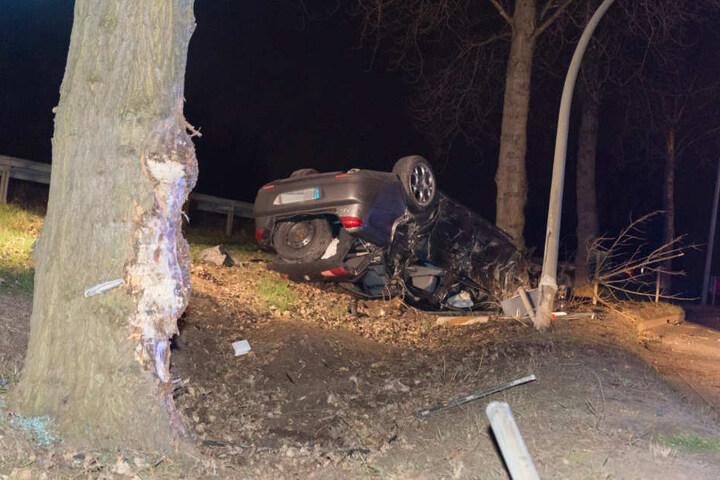 Zuerst touchierte der Fahrer einen Baum.