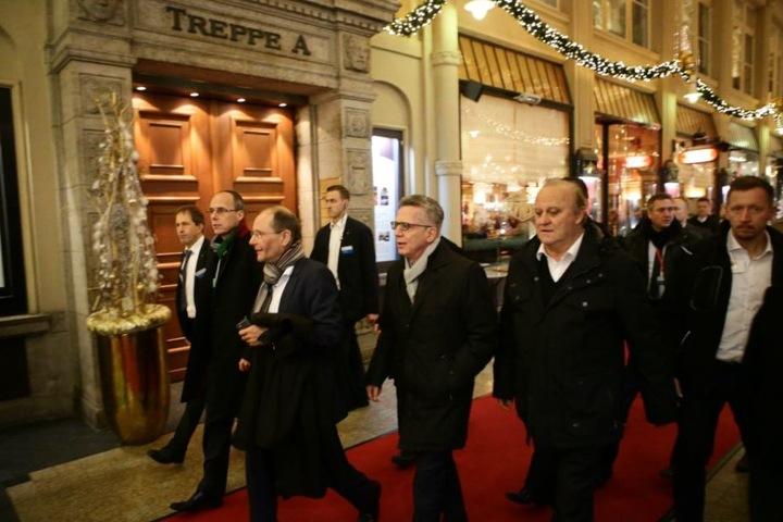 Sachsens Innenminister Markus Ulbig und Bundesinnenminister Thomas de Maizière (beide CDU) auf dem Weg zu Auerbachs Keller.
