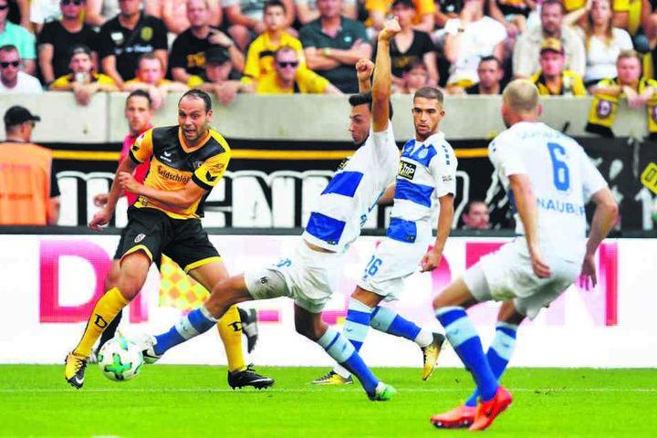 Mut zur Lücke: Rico Benatelli (l.) nimmt es wie hier gegen Duisburg auch  schon mal mit drei Gegenspielern auf.