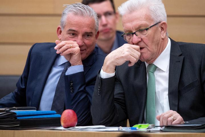 Thomas Strobl (CDU, links im Bild) und Baden-Württembergs Ministerpräsident Winfried Kretschmann (Grüne) im Stuttgarter Landtag. (Archivbild)