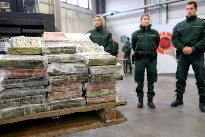 Der Drogenschmuggel über den Hamburger Hafen hat zugenommen. Hier hat der Zoll im vergangenen Jahr 717 Kilogramm Kokain in einem Container sichergestellt (Archivbild).
