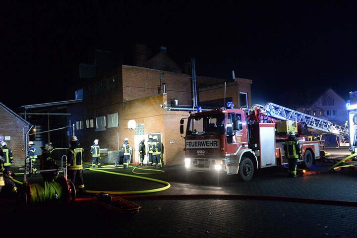 Die Löschzüge aus Mastholte und Rietberg waren vor Ort, die Feuerwehr Delbrück kam mit einer Drehleiter.