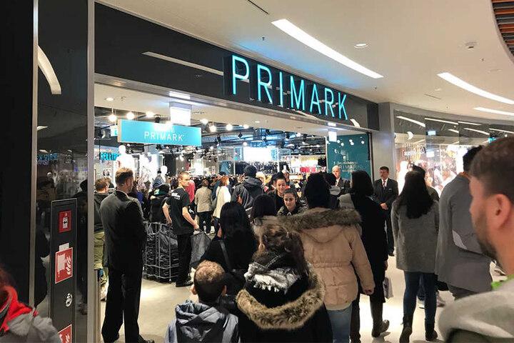 Das beliebte Ziel Primark war sofort voll! Eine kleine Schlange bildete sich vor dem Eingang.