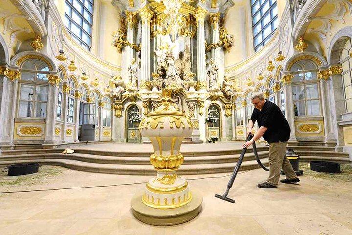 Küster Lutz Pesler (47) legt mit Hand an und säubert den Altarraum.
