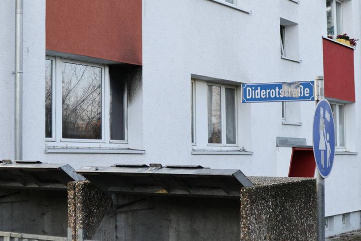 Auf der Couch der in Flammen stehenden Wohnung wurde ein toter Mann gefunden.