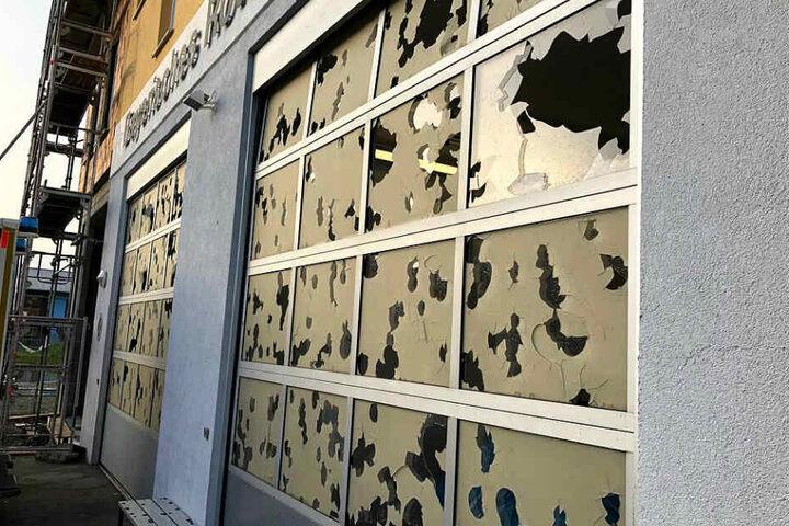 Die Glasscheiben der Tore der Rettungswache des Bayerischen Roten Kreuzes sind nach einem Hagelschauer mit Einschlaglöchern übersät.