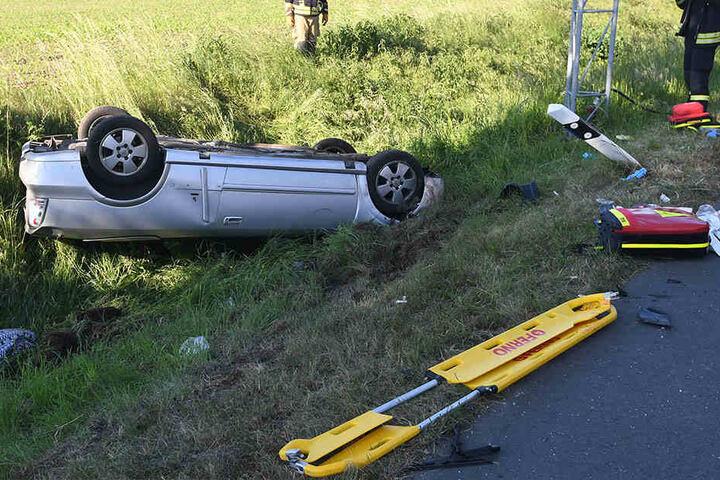 Der Opel wurde durch die Wucht in den Straßengraben geschleudert.