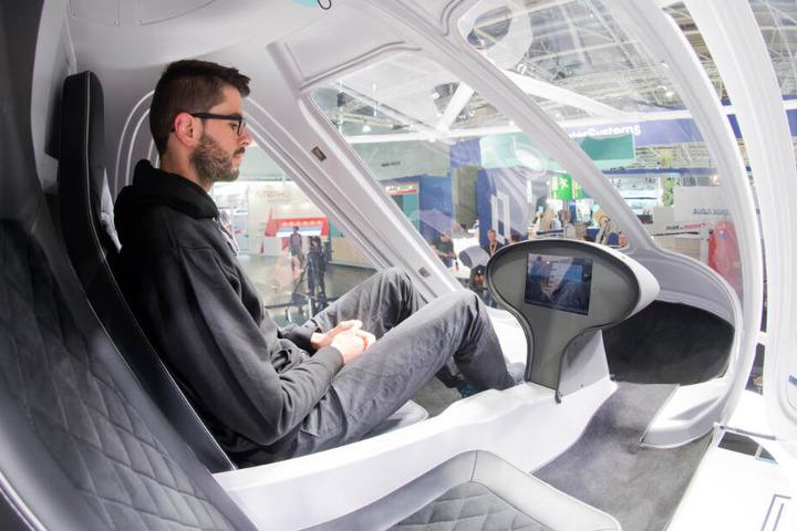 """Das """"Luft-Taxi"""" bietet Platz für zwei Personen und wird elektrisch über 18 Rotoren betrieben."""