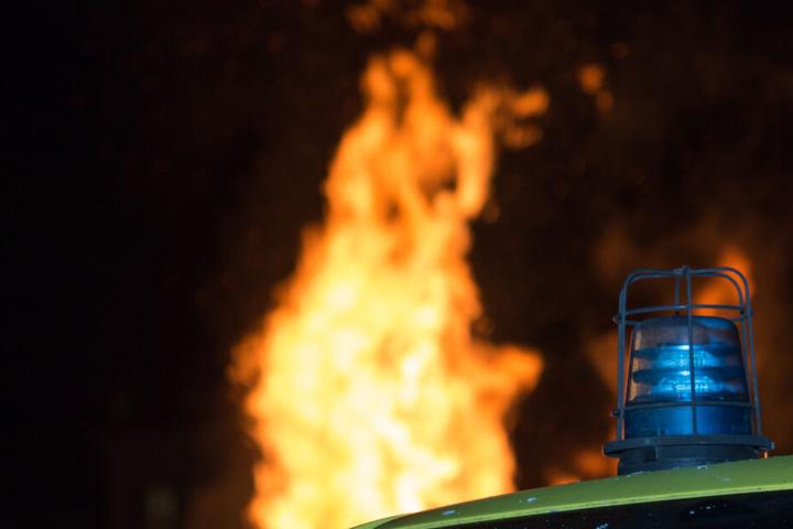 Die Polizisten bemerkten das Feuer etwa eine halbe Stunde, nachdem sie den Jugendlichen kontrolliert hatten. (Symbolbild)