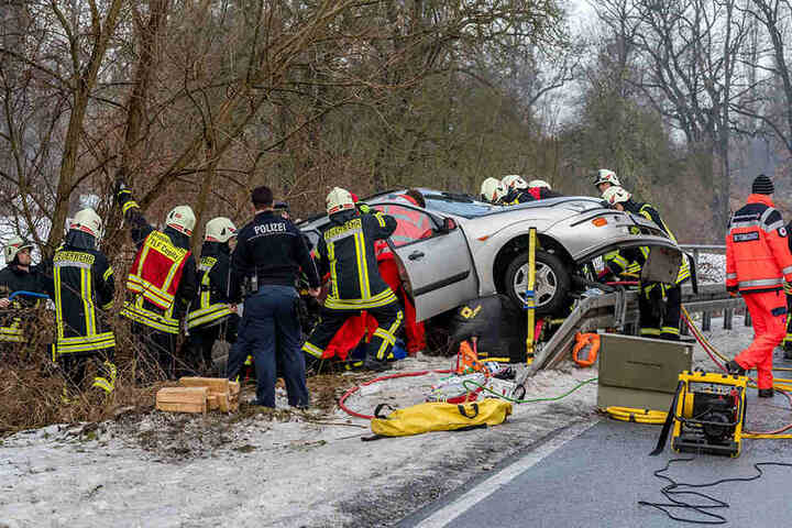 Die Frau musste über die Beifahrerseite aus ihrem Auto befreit werden.