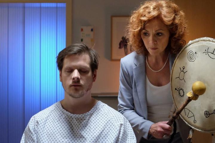Schamanin Regina Gerlach kommt verspätet in der Sachsenklinik an und führt bei Patient Steffen Hartwig ein Trommelritual durch. Bewahrt ihn das tatsächlich vor dem Tod?