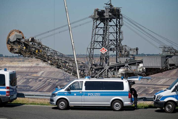 Polizeiautos stehen am Rand des Braunkohletagebau Garzweiler.