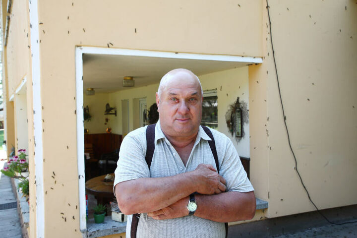 Hartmut Zenner ist Anwohner in der Straße, sein Haus ist von den Raupen befallen worden.