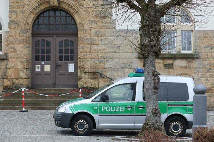 Polizisten und ein Sprengstoffhund durchsuchten das Gebäude.