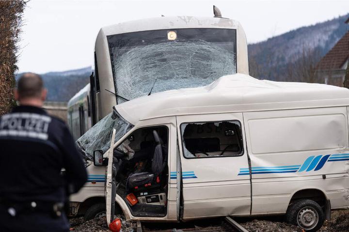 Der Wagen wurde von einem Zug mitgerissen.
