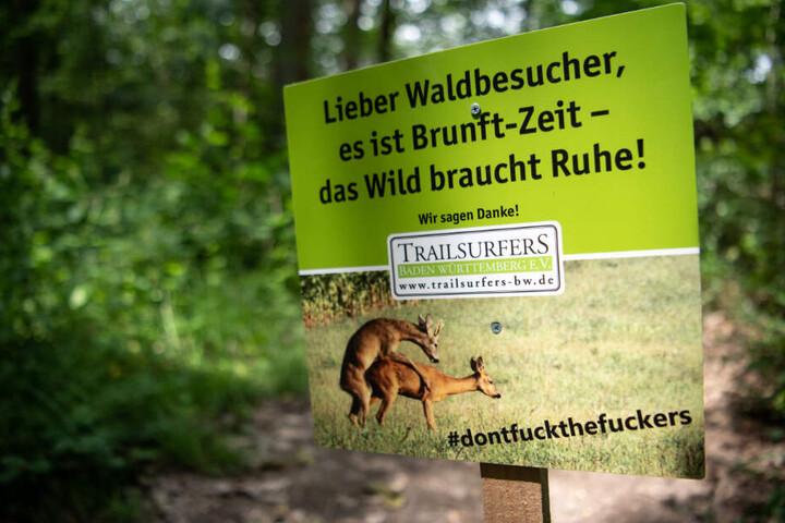 Mit diesem Plakat will ein Verein Mountainbiker von Fahrten durch den Wald abhalten.