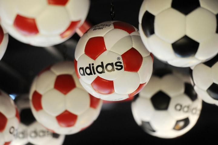 Fußbälle der Marke Adidas hängen an der Decke des Vereinsmuseums FC Bayern Erlebniswelt in der Allianz Arena.