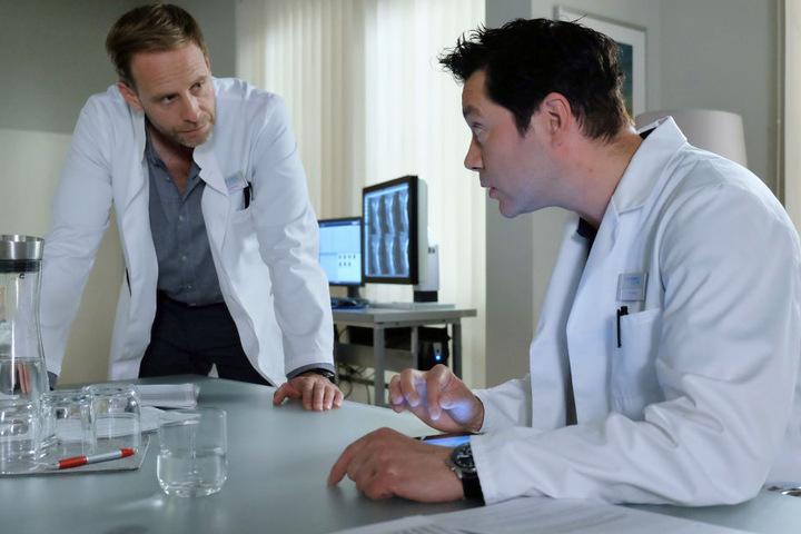 Dr. Kai Hoffmann ist mit Dr. Brentanos Arbeit aktuell nicht zufrieden. Er wird ihm ein lukratives Angebot unterbreiten. Nimmt Philipp dies an?