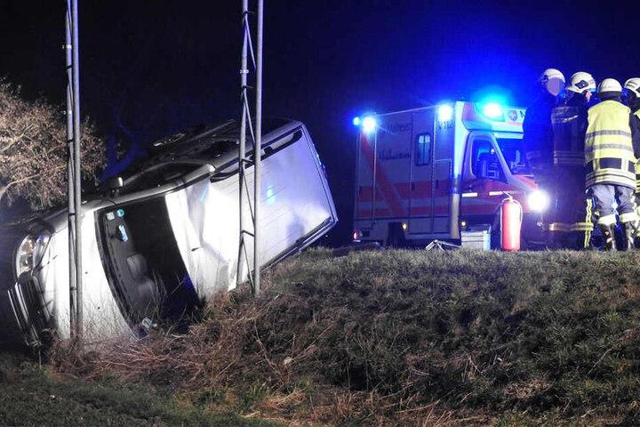 Die S 38 wurde im Unfallbereich voll gesperrt. Die Unfallursache ist noch völlig unklar.