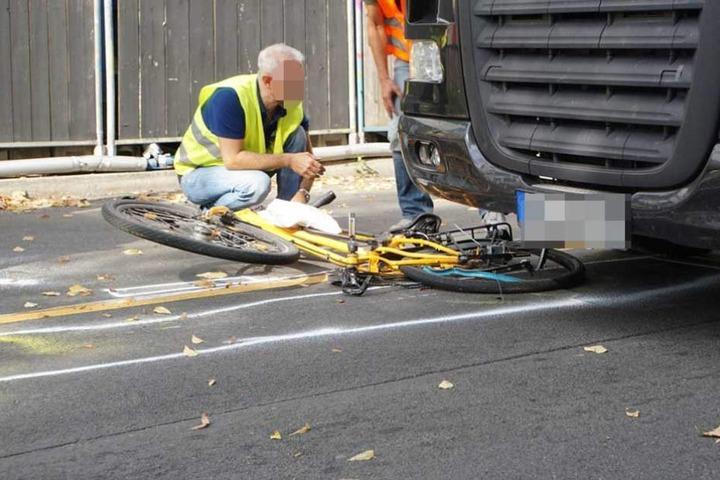 Das Fahrrad geriet unter den Sattelzug.