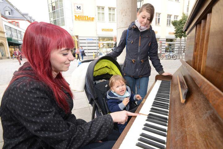 Virginia Rother (23) spielte schon mit Sohn Lukas (1) und Freundin Lisa Betz (23) auf dem Klavier für Jedermann.