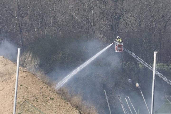 Von einer Drehleiter aus versuchte die Feuerwehr die Flammen zu löschen.
