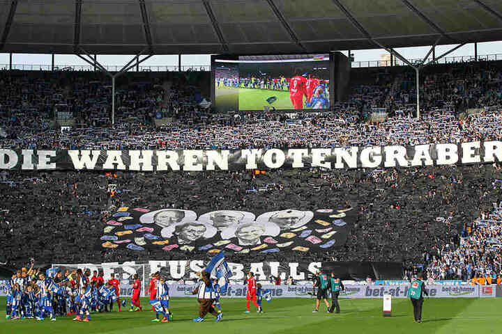 Neben Dietrich Mateschitz protestierten die Hertha-Fans auch gegen Michel Platini, Sepp Blatter, Franz Beckenbauer und Dietmar Hopp.