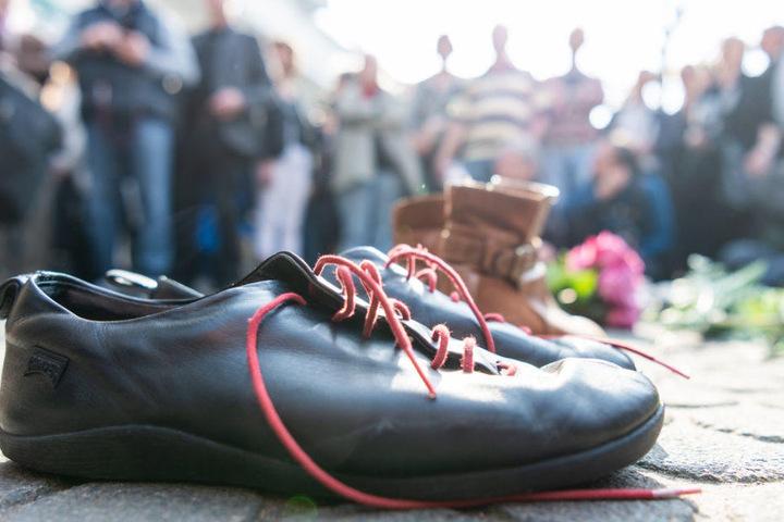 Viele legten Blumen, aber auch Schuhe nieder.