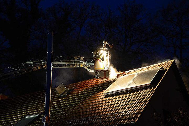 Die Feuerwehrleute mussten Dachpfannen entfernen, um das Feuer besser löschen zu können.