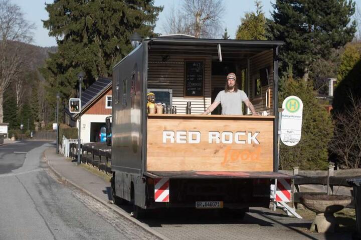 Ein umgebauter Lkw, der vorher Sporttechnik beherbergte, ist jetzt Danielo Müllers (44) Wurstküche.