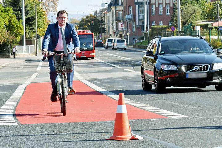 Bürgermeister Raoul Schmidt-Lamontain (42, Grüne) testet den neuen roten Radstreifen.