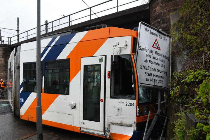 Die Straßenbahn ist aus dem Gleisbett gehoben.