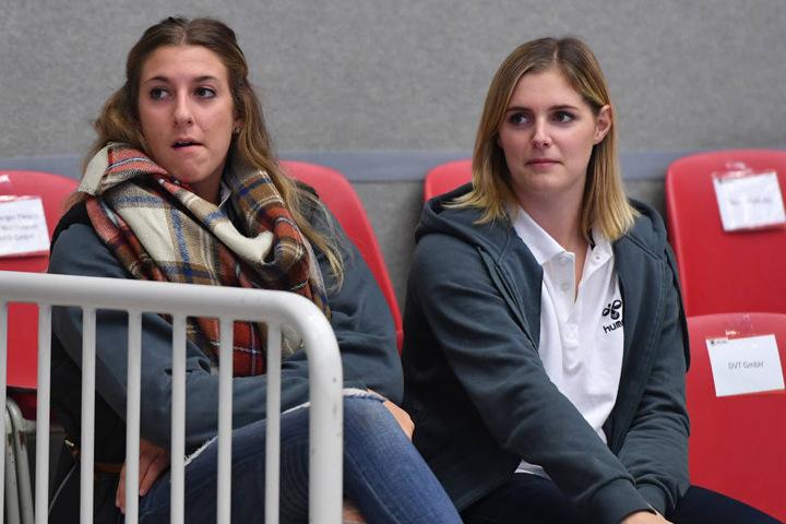 Mit Jocelynn Birks (l.) und Valérie Courtois konnten bereits zwei Spielerinnen mit Knieproblemen nur Zusehen.