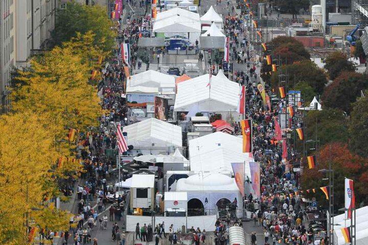 Vom Altmarkt beginnend zieht sich die Festmeile über die Wilsdruffer Straße. Bereits am Samstag flanierten hier Tausende Besucher.