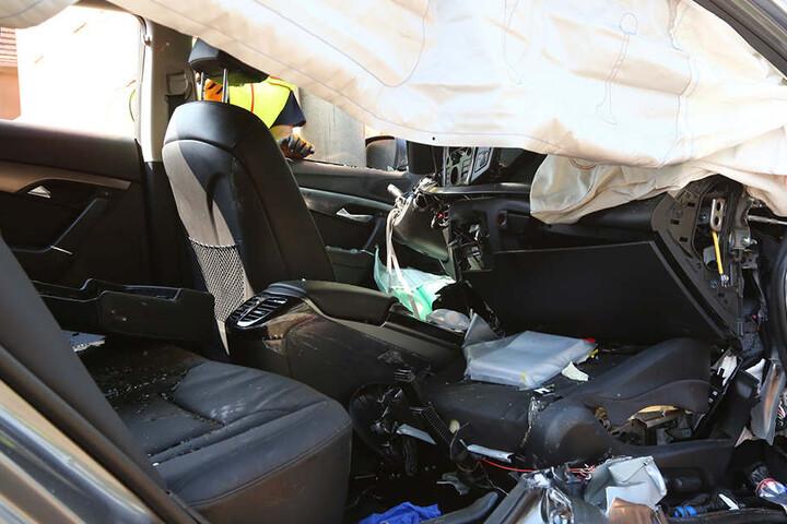 Der demolierte Pkw von innen. Der Fahrer musste herausgeschnitten werden.