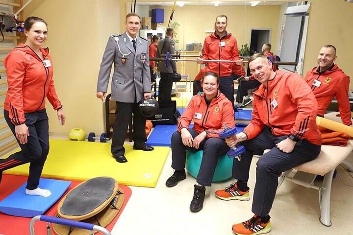 Schwitzen im Bundeswehr-Sportraum: (v.l.) Sophie Scheder, Rico Wagner (37), Christina Schwanitz, Nico Ihle, Candy Bauer und Denny Ihle.
