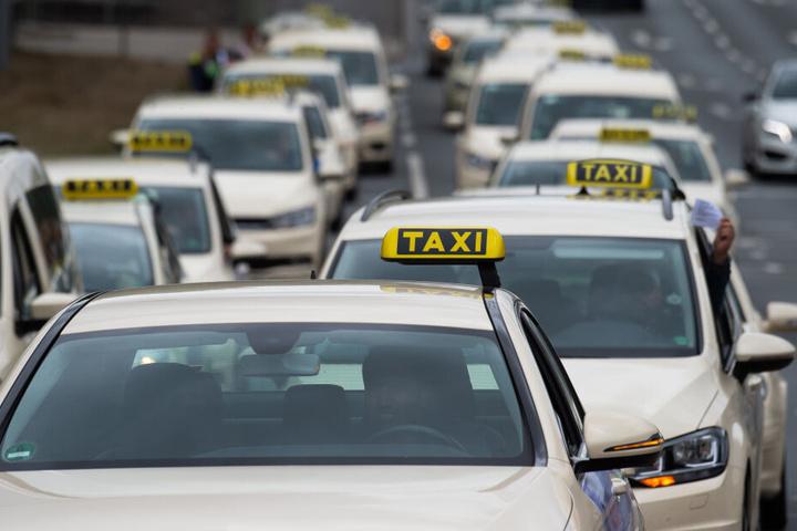 Taxis fahren im Protest-Konvoi.