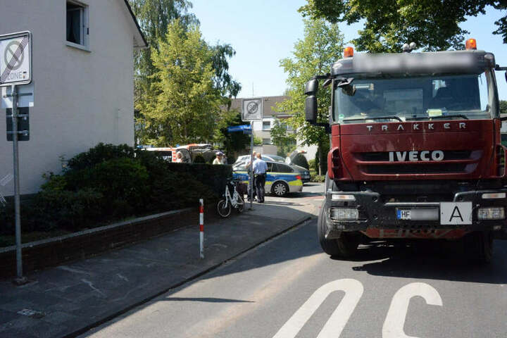Die Polizisten sperrten die Kreuzung zur Unfallaufnahme ab